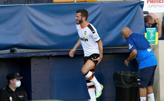Gaya se retira lesionado en el partido ante el Villarreal.