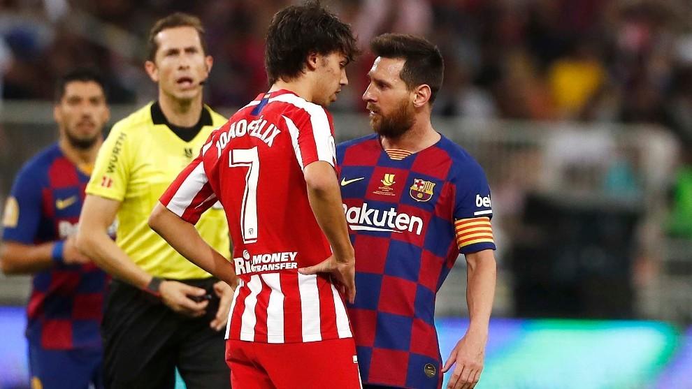Joao Félix aguanta la mirada a Messi.