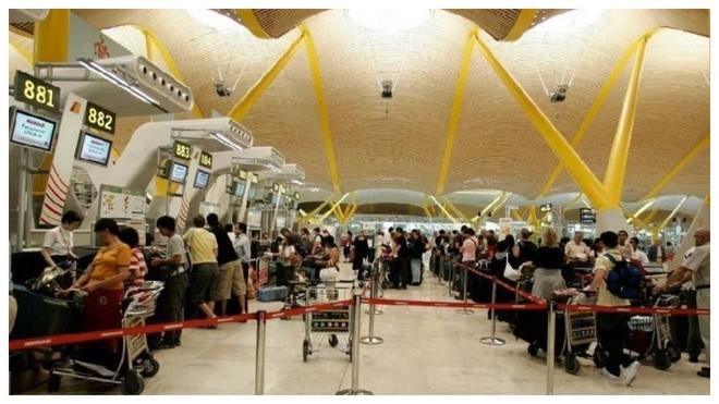 Pasajeros hace cola para facturar sus equipajes en Barajas.