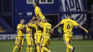 Los jugadores del Alcorcón celebran el gol de Arribas.