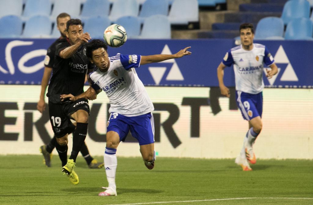 Kagawa y Pedro Lopez pelean por un balón.