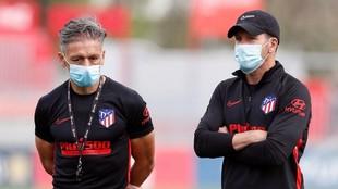 Simeone y Vivas, en un entrenamiento del Atlético.