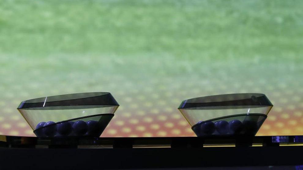 Dos bombos de los sorteos de UEFA.
