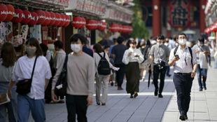 Ciudadanos de Tokio pasean por las calles.
