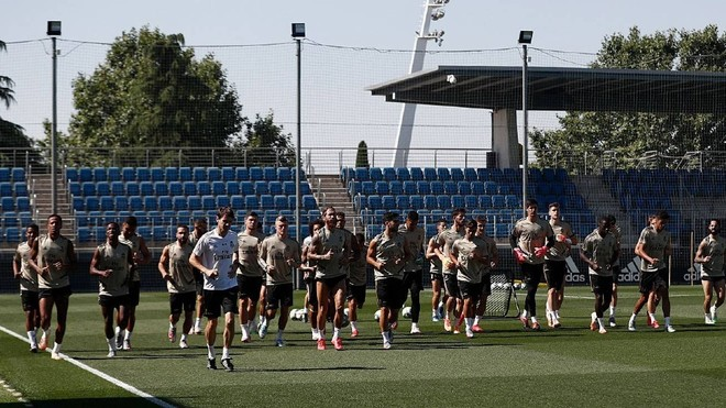 Lucas Vazquez and Jovic train with the group