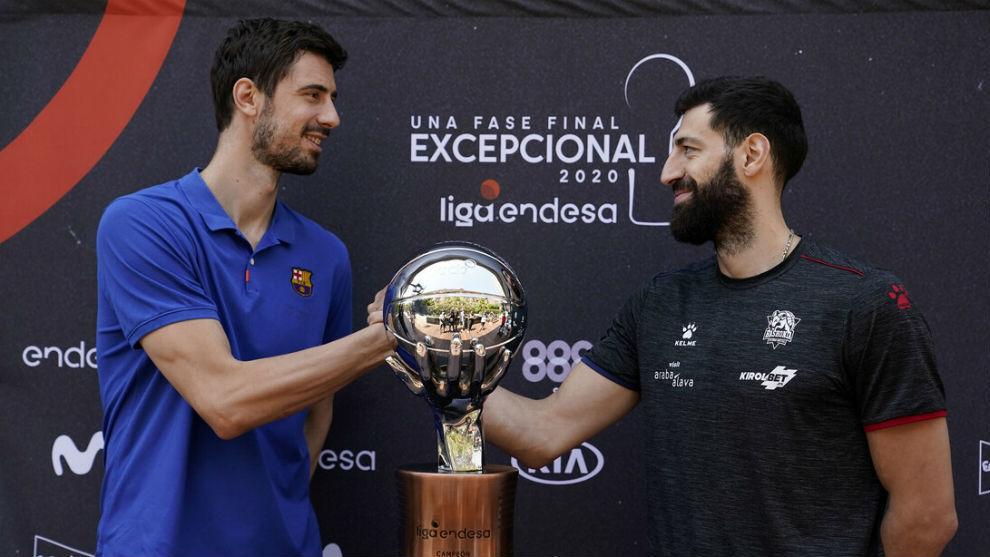 Ante Tomic (Barça) y Shengelia (Baskonia), con el trofeo de campeón...