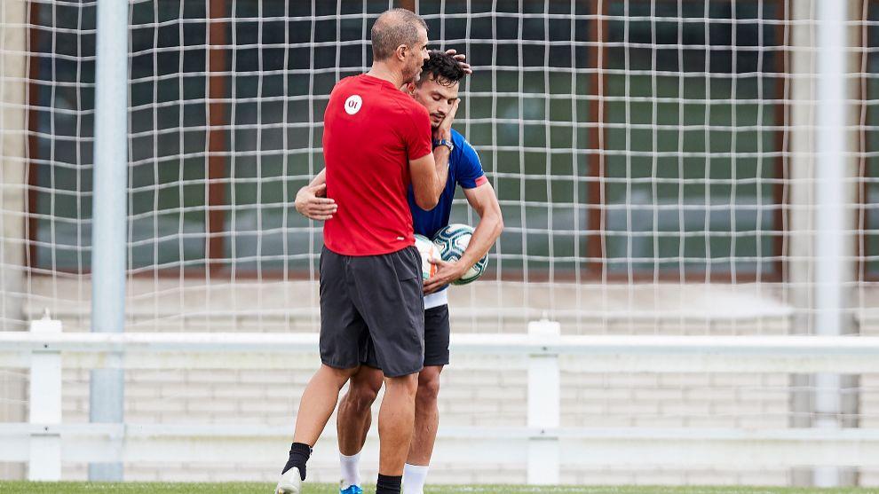 Garitano abraza a Ganea en un entrenamiento del inicio de temporada.