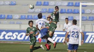 Los jugadores del Tenerife y Depor, durante un lance del partido.