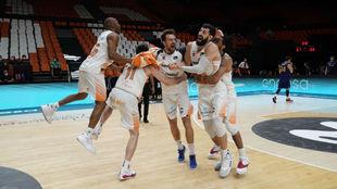 Los jugadores del Baskonia se abrazan tras ganar la LIga