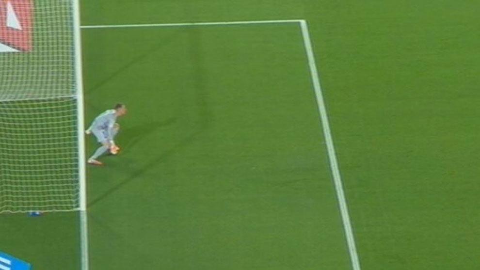 """""""Ter Stegen tiene los dos pies fuera de la línea y el penalti está bien repetido"""""""