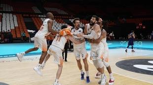 Los jugadores de Kirobet Baskonia celebran el título.