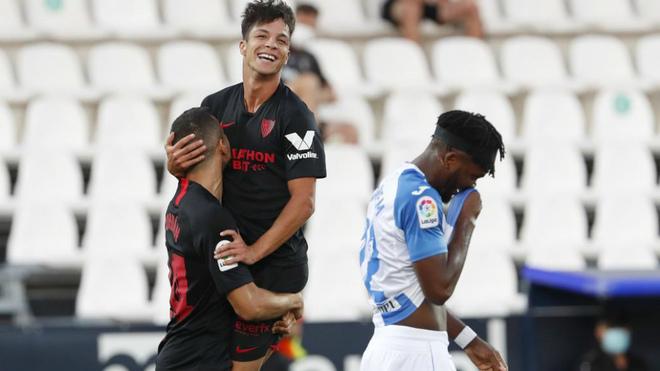 Jordán coge en brazos a Óliver Torres celebrando uno de sus goles.