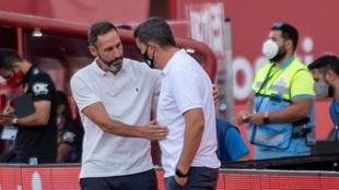 Óscar García y Vicente Moreno se saludan.