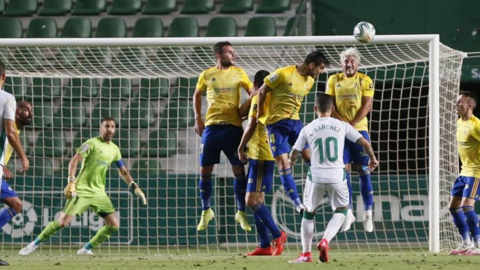 Víctor Sánchez ensaya un lanzamiento de falta.