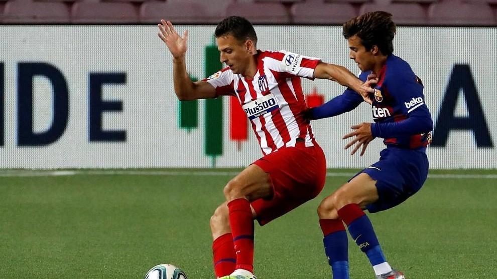 Riqui Puig pelea por un balón contra el Atlético de Madrid.