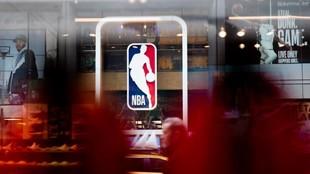 Imagen de la puerta principal de la tienda oficial de la NBA en la...