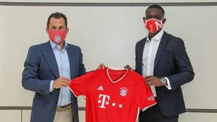Salihamidzic y Kouassi posan con la camiseta del Bayern