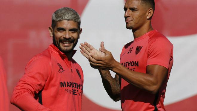 Banega sonríe en un entrenamiento junto a Diego Carlos.