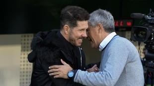 Simeone y Setién se saludan antes de un partido.