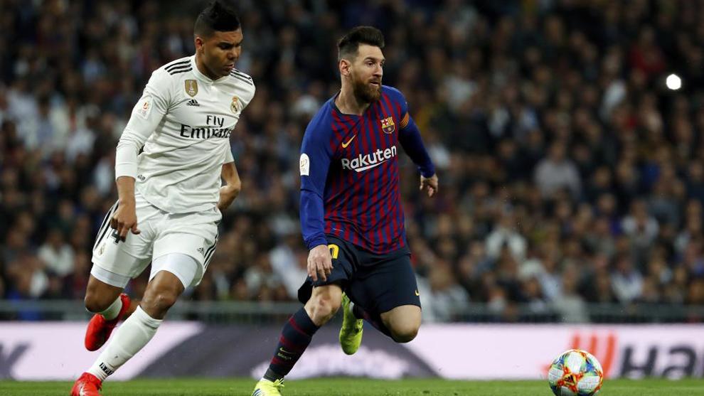 Casemiro y Messi disputan un balón durante el clásico de Copa de la...