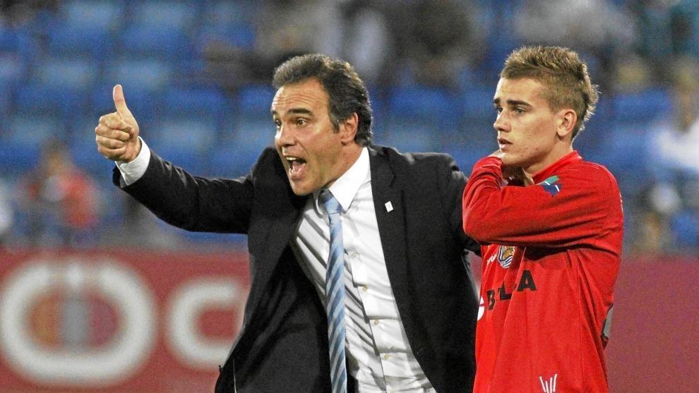 Martín Lasarte y Antoine Griezmann durante un partido con la Real
