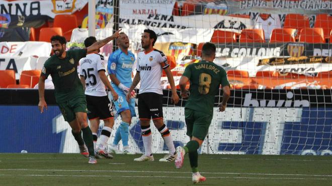 Raúl García celebra su primer tanto este miércoles en Mestalla.