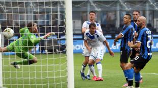 El gol que supuso el 3-0 para el Inter contra el Brescia, obra de...