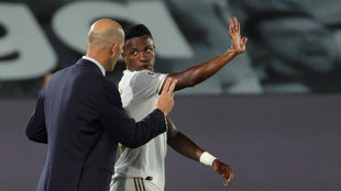 Zidane, aleccionando a Vinícius durante un partido