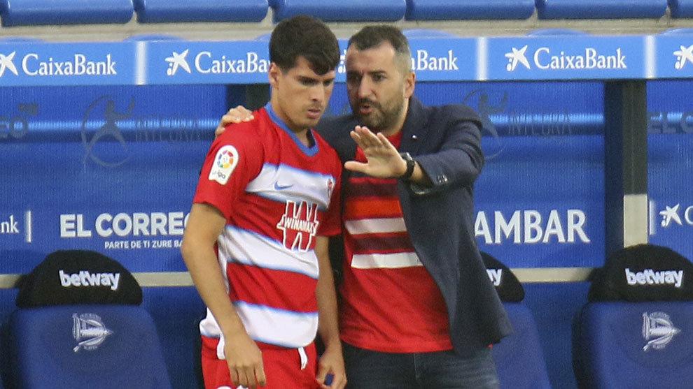 Diego Martínez habla con Mario, chaval que debutó con el primer...