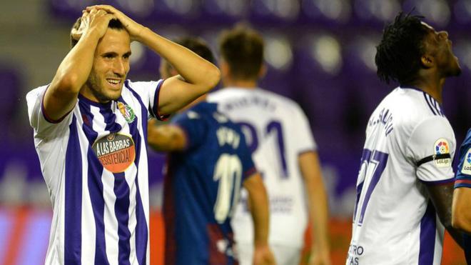 Kiko Olivas se lleva las manos a la cabeza tras el penalti fallado por...