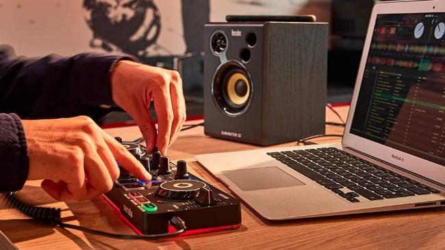 Portátil, retroiluminado y por 69 euros: así es el set de DJ más vendido en Amazon