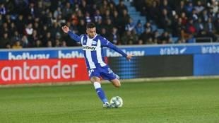 Víctor Camarasa se dispone a golpear un balón con su pierna...