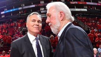Mike D'Antoni, entrenador de los Rockets, y Gregg Popovich, de los...