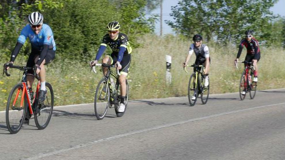 Varios ciclistas por una carretera.