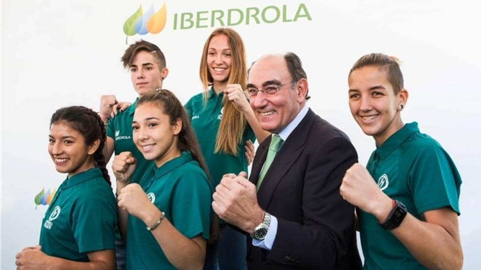 El presidente de Iberdrola, Ignacio Galán, con deportistas