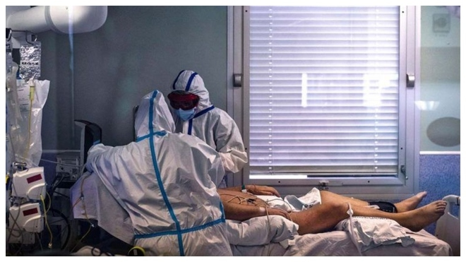 Un paciente es atendido en un centro médico por dos médicos.