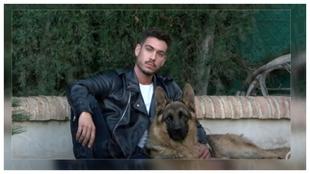 Vicente Hernández, ex Míster España 2017, posa con su perro.
