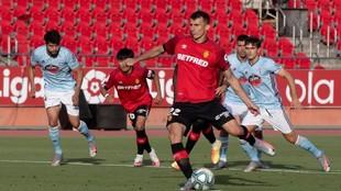 Budimir marca de penalti ante el Celta en la pasada jornada.