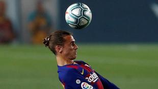 Griezmann controla un balón contra el Athletic.