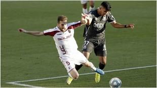 Alberto Benito y Samu Sosa luchan por hacerse con el balón en el...