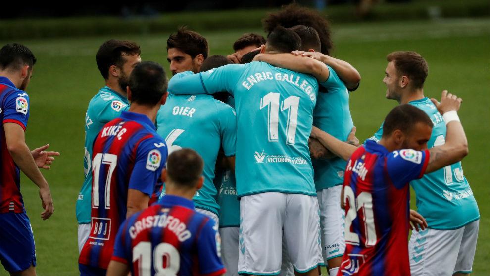 Rubén García es abrazado por sus compañeros tras marcar uno de sus...