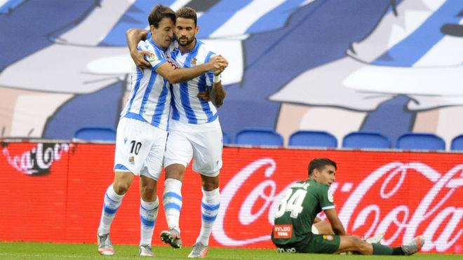 Oyarzabal y Willian José celebran el gol del empate.
