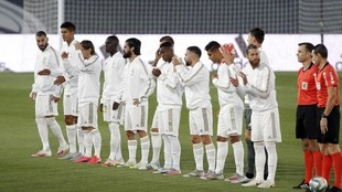 Los árbitros y el equipo de titular del Real Madrid, antes del inicio...