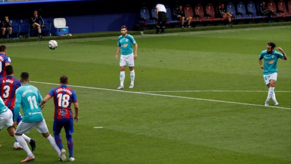 Rubén García lanzando la falta que sería el 1-0 en el Eibar-Osasuna