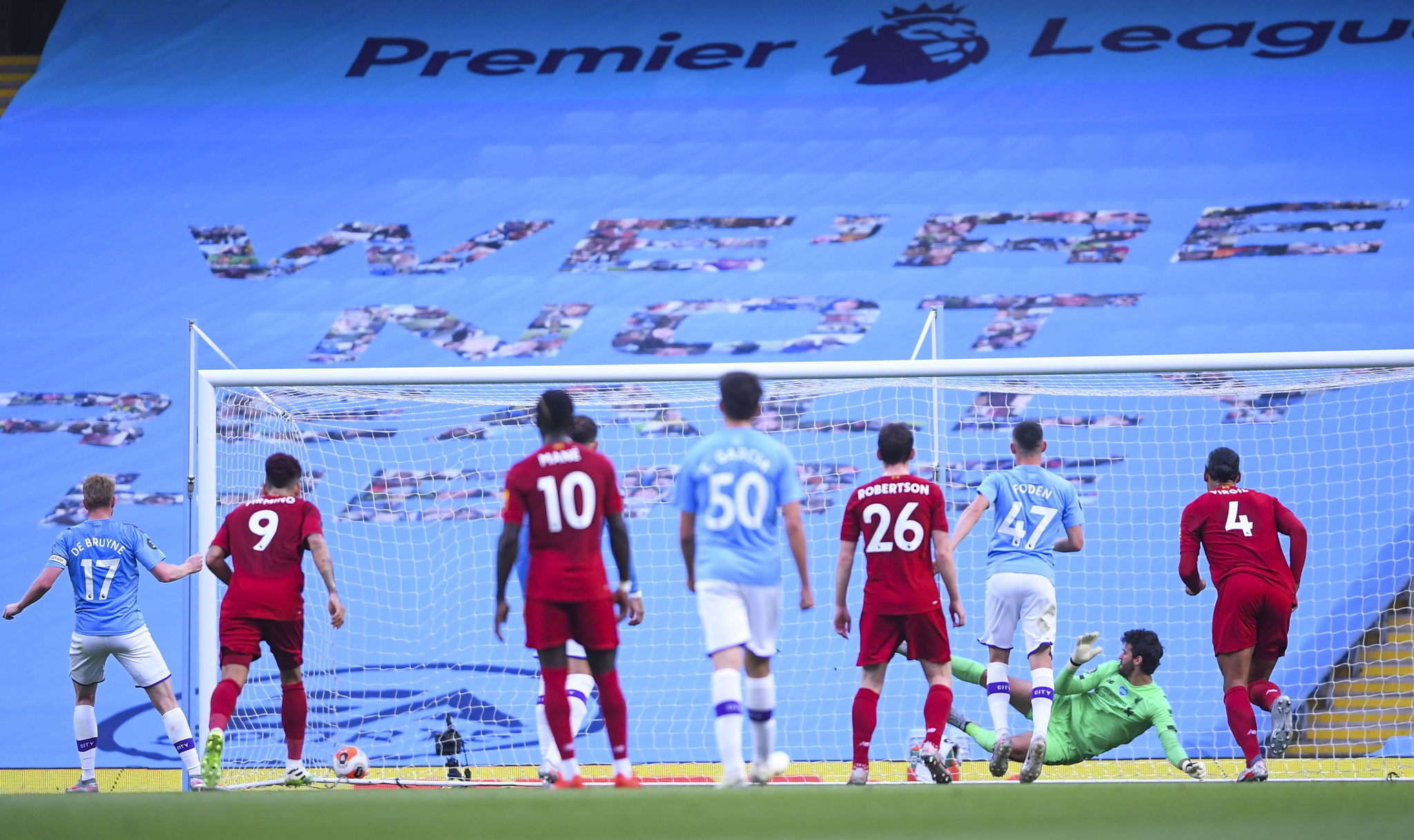Manchester (United Kingdom), 02/07/2020.- Kevin De lt;HIT gt;Bruyne lt;/HIT gt; (L) of Manchester City scores the opening goal from a penalty during the English Premier League match between Manchester City and Liverpool in Manchester, Britain, 02 July 2020. (Reino Unido) EFE/EPA/Laurence Griffiths/NMC/Pool EDITORIAL USE ONLY. No use with unauthorized audio, video, data, fixture lists, club/league logos or live services. Online in-match use limited to 120 images, no video emulation. No use in betting, games or single club/league/player publications
