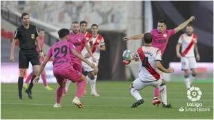 Ramón intenta irse del rayista  Mario Suárez ante la presencia del...
