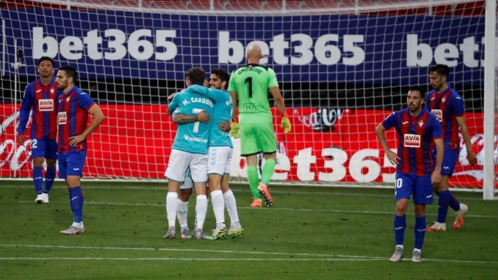 Los jugadores de Osasuna celebran el segundo gol ante la impotencia de...