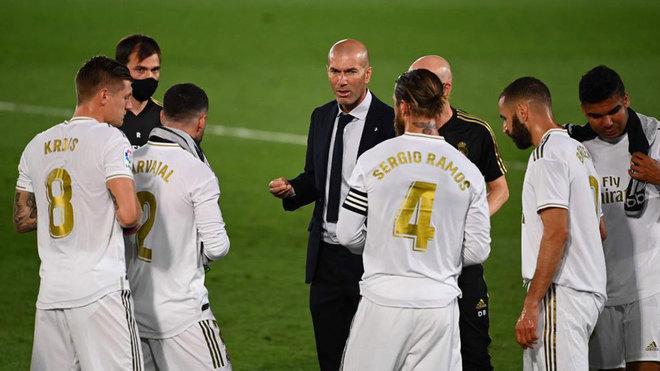 Zidane arenga a los suyos en un parón de hidratación.