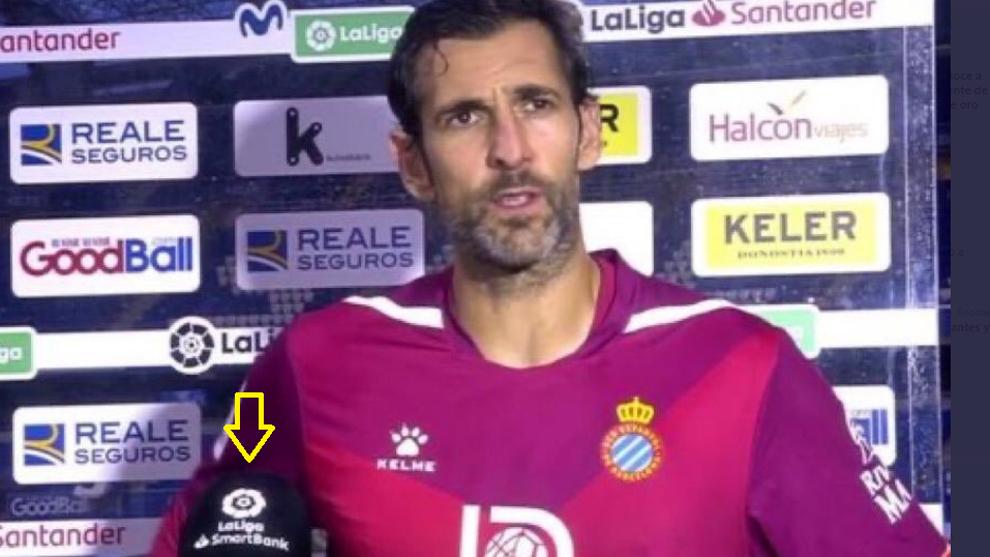 Diego López atendiendo a los medios con el micrófono de LaLiga...