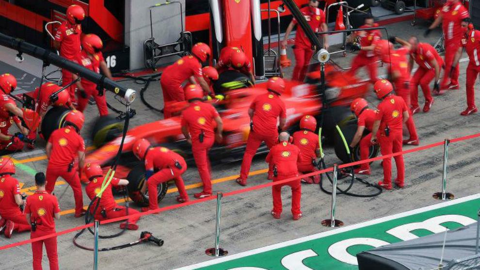 Charles Leclerc, ensayando paradas en boxes, en el Gran premio de...